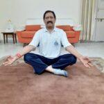 चेतन चौहान योग दिवस पर योग करते हुए।