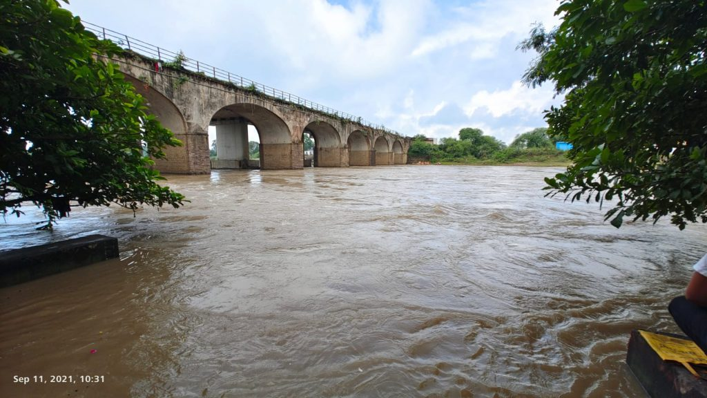 Betwa river in VIdisha with the old bridge connecting Bhopal.